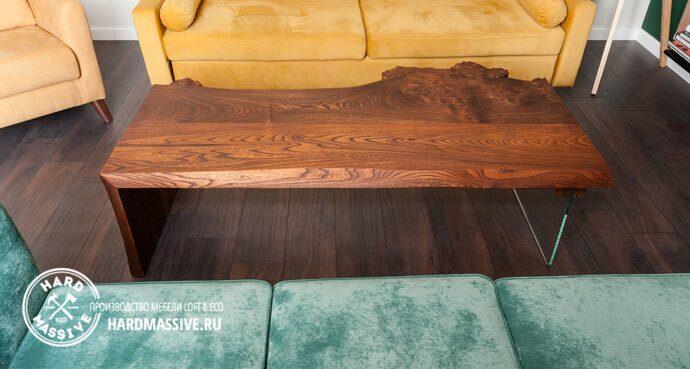 журнальный стол из дерева и стекла по индивидуальному дизайну