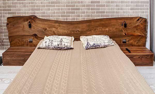Кровать с изголовьем из слэба дерева