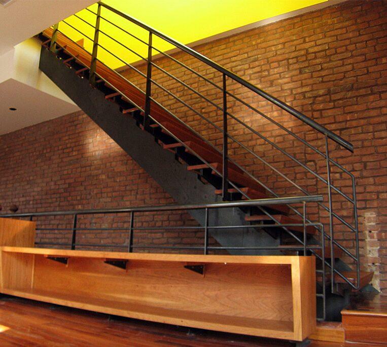 Покраска лестницы в два цвета фото тому муж